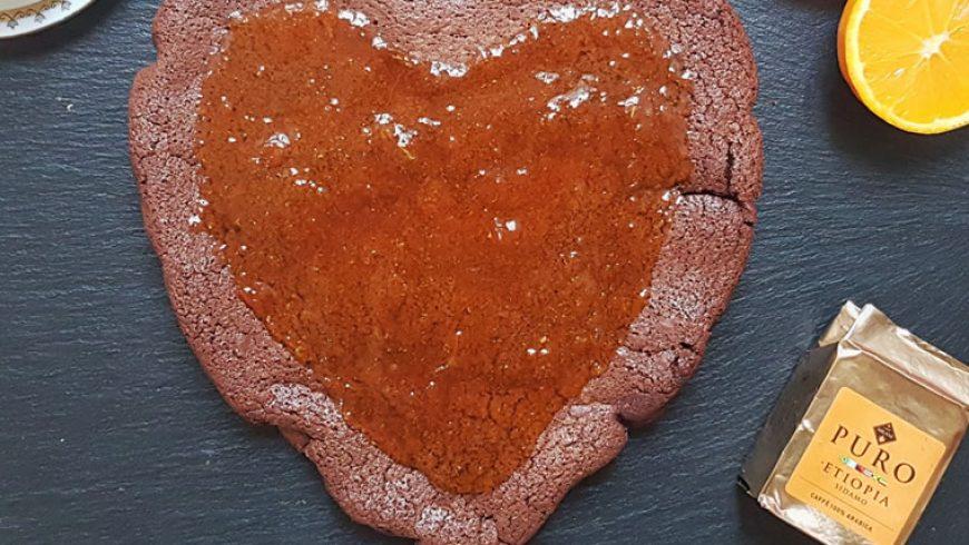 A San Valentino, la torta romantica al caffè e cioccolato con coulis di arancia