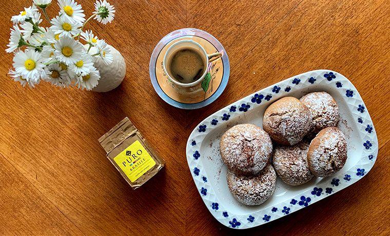 Biscotti al caffè con gocce di cioccolato per una colazione con la mamma
