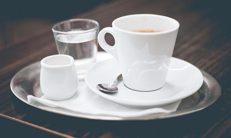 Si beve prima l'acqua o prima il caffè? Ecco cosa dice il bon ton